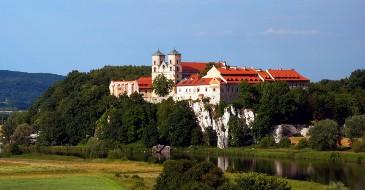 Między zamkiem a klasztorem